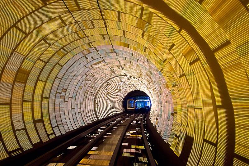 Что посмотреть в Шанхае: туристический туннель под набережной Вайтань