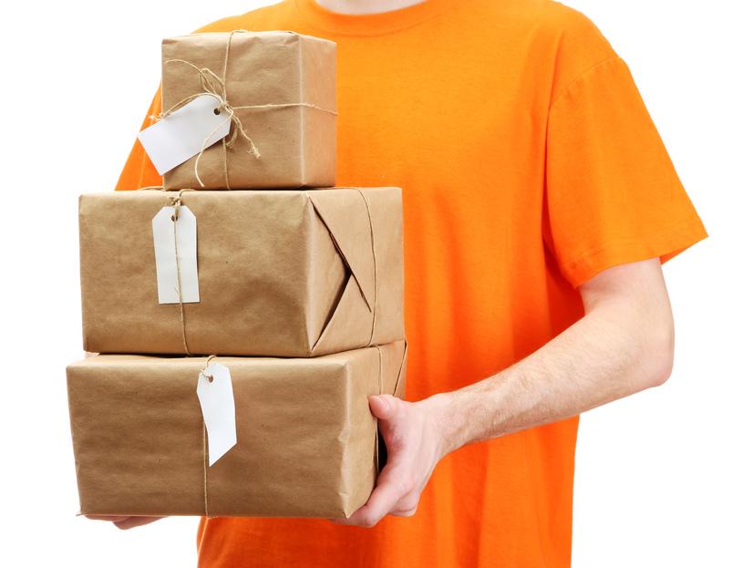 курьер с посылками